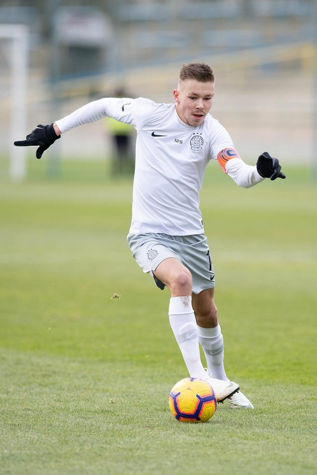 Fotbalista Dominik Plechatý ze Sparty Praha během přípravného utkání s Loko Vltavín.