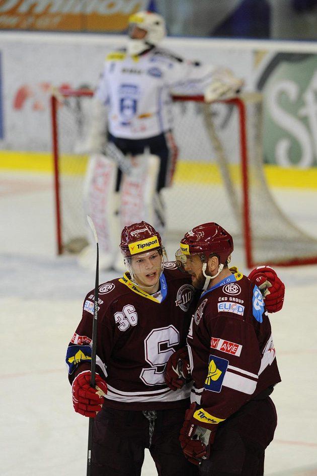 Radost sparťanů Jakuba Krejčíka (vlevo) a Petra Tona z gólu ostře kontrastovala se smutkem překonaného brněnského brankáře Marka Čiliaka.