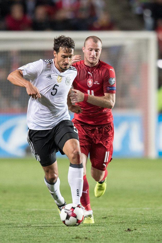 Mats Hummels z Německa a český útočník Michael Krmenčík během utkání.