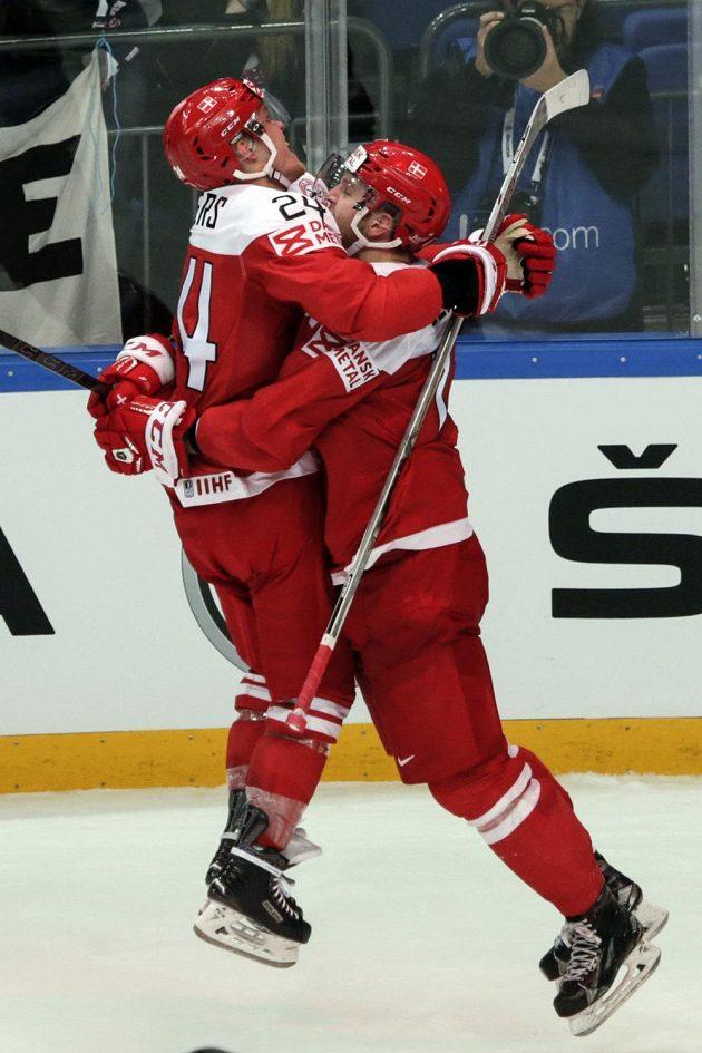 Nikolaj Ehlers (vlevo) a Nicklas Jensen se radují po výhře Dánska nad českým výběrem.