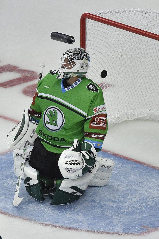 První gól inkasuje brankář Mladé Boleslavi Jan Růžička během utkání hokejového poháru Generali České pojišťovny.