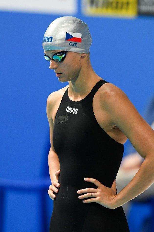 Česká plavkyně Simona Baumrtová těsně před startem semifinále MS na 50 m znak.