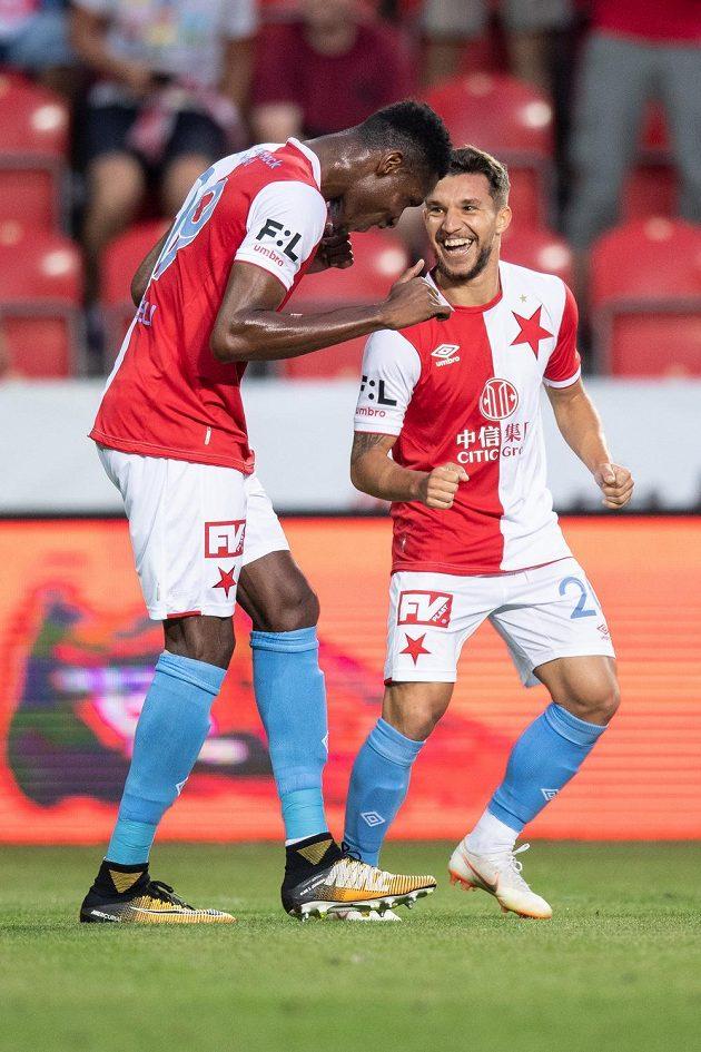 Fotbalisté Slavie Praha Simon Deli (vlevo) a Alexandru Baluta oslavují gól na 4:0 proti Karviné.