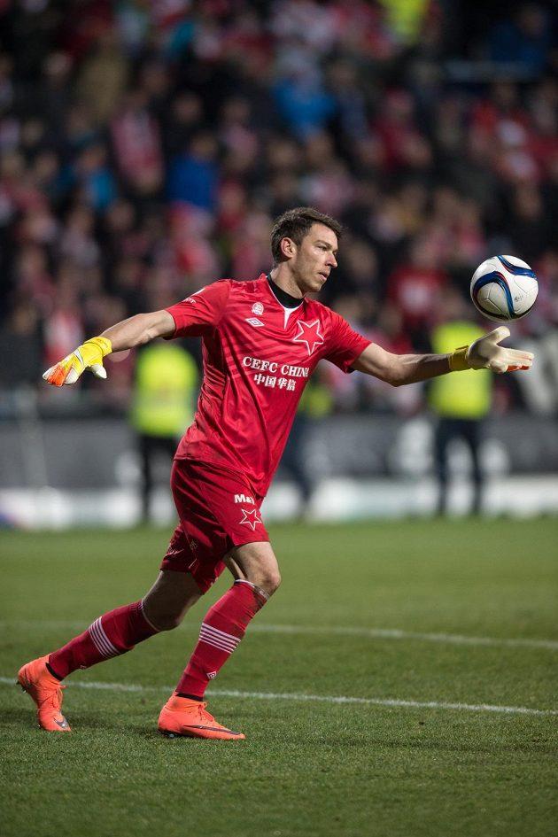 Brankář Slavie Praha Jiří Pavlenka při výkopu během zápasu v Mladé Boleslavi v Mladé Boleslavi.