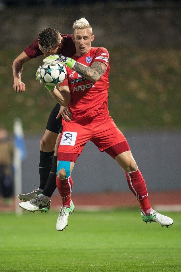 Josef Šural ze Sparty a brankář Znojma Vlastimil Veselý během utkání 3.kola MOL Cupu. Sparta vyhrála 1:0.