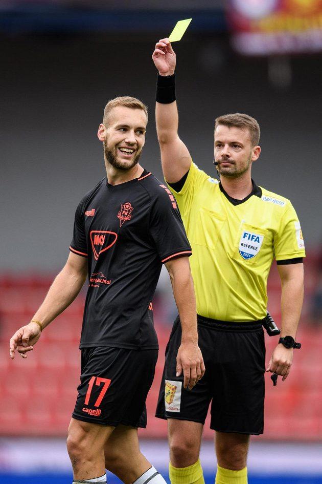Rozhodčí Pavel Orel uděluje žlutou kartu Milošovi Kratochvílovi z Jablonce během utkání na Spartě.