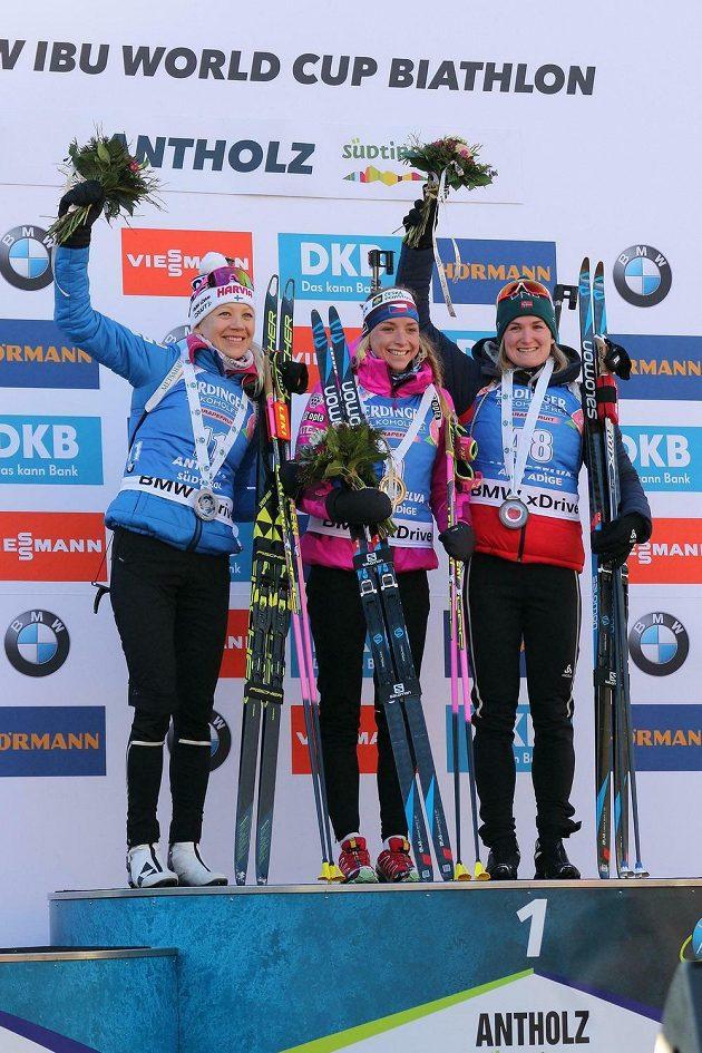 Biatlonistka Markéta Davidová vyhrála závod Světového poháru ve sprintu na 7,5 km v Anterselvě. Porazila o necelé dvě sekundy druhou Finku Kaisu Mäkäräinenovou (vlevo), třetí byla o další dvě sekundy zpět Norka Marte Olsbuová Röiselandová (vpravo).
