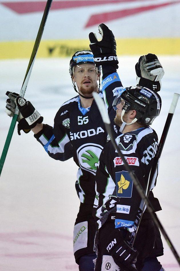 Radost hokejistů Mladé Boleslavi! Autor druhého gólu Marek Trončinský (vpravo) a Tomáš Urban.