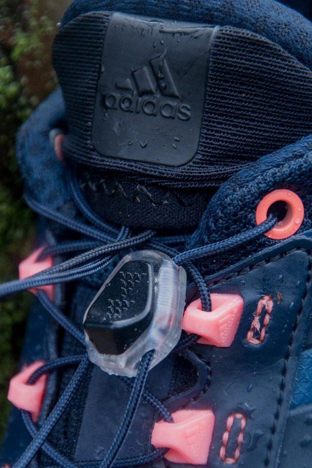 """Detail """"rychlé tkaničky"""" speed lace system."""