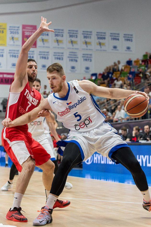 Český basketbalista Patrik Auda (vpravo) se snaží přejít přes obranu Mourada El Mabrouka z Tuniska.
