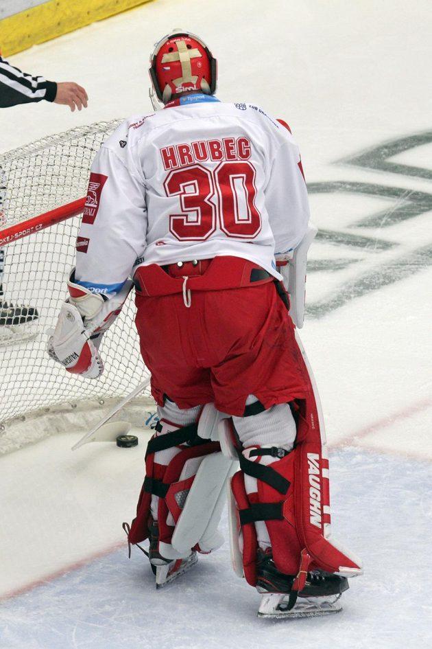 Brankář hokejového Třince Šimon Hrubec loví puk v brance poté, co jej překonal liberecký rychlík Kvapil.