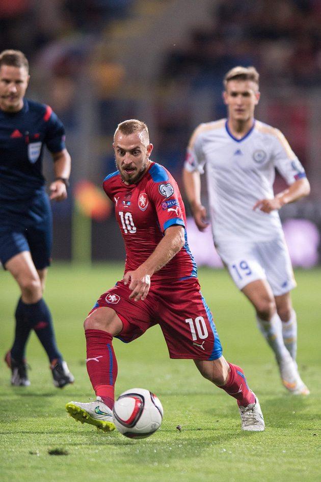 Český záložník Jiří Skalák (č. 10) v kvalifikačním utkání proti Kazachstánu.