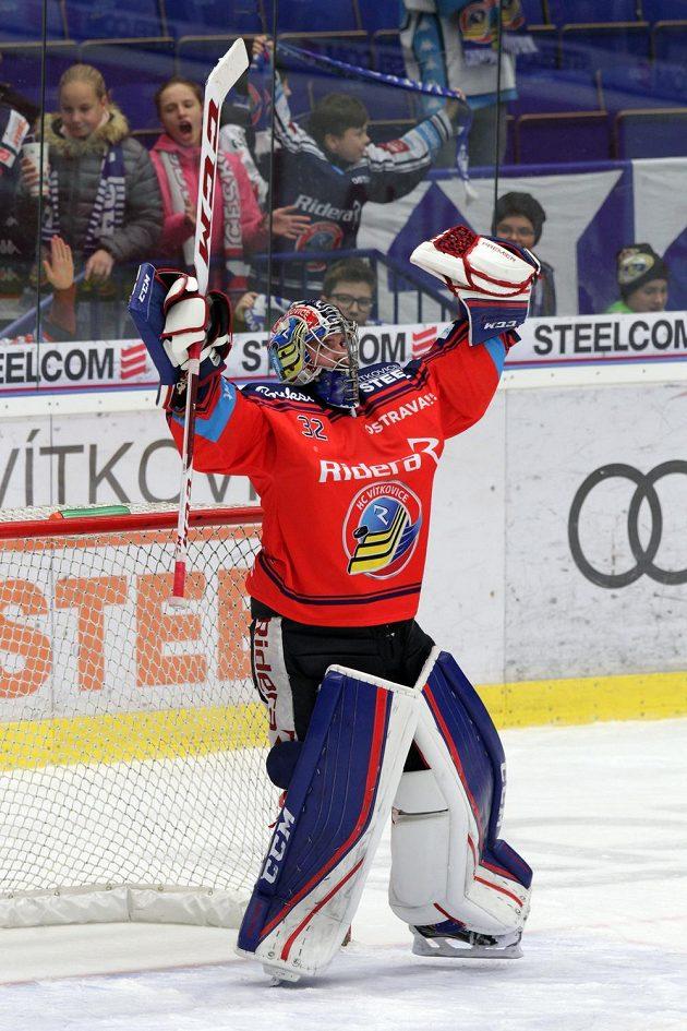 Brankář Patrik Bartošák z Vítkovic se raduje z výhry nad Libercem.