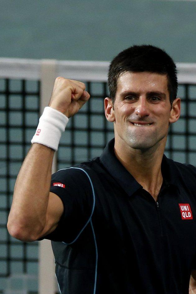 Djokovič oslavuje v Paříži semifinálové vítězství nad Federerem.