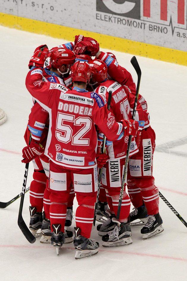 Radost hokejistů Třince z první branky v utkání s Litvínovem.