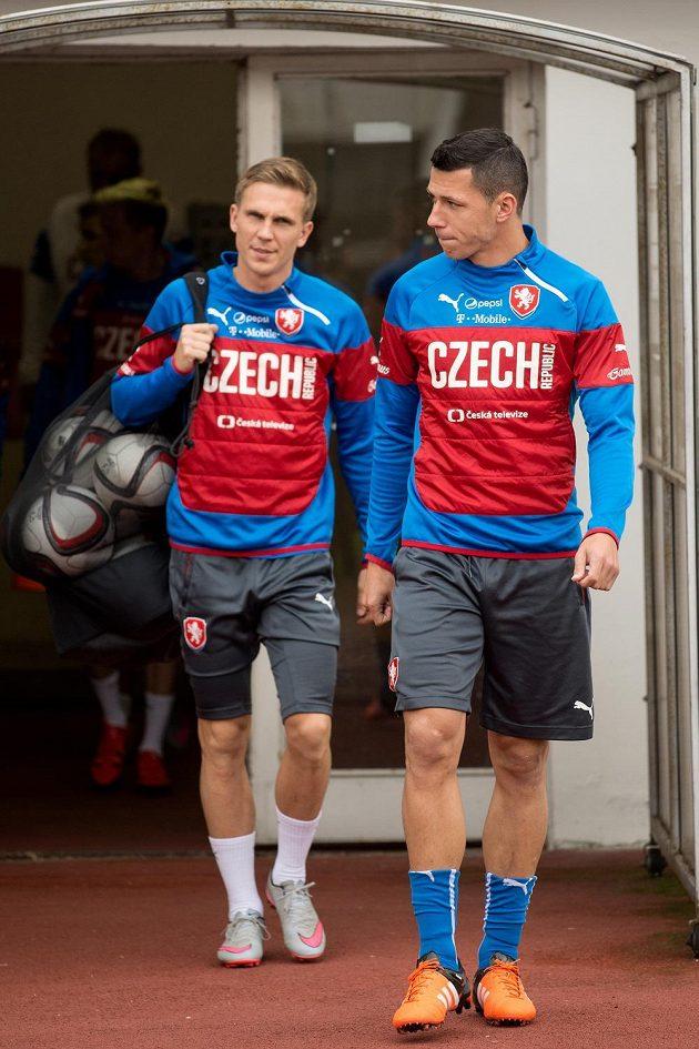 Fotbalisté Marek Suchý (vpravo) a Bořek Dočkal přicházejí na trénink fotbalové reprezentace před zápasy kvalifikace ME 2016 s Tureckem a v Nizozemsku.
