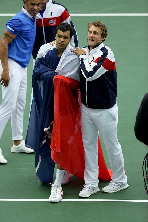 Francouzi slaví postup do semifinále Davisova poháru. Vlevo vpředu Jo-Wilfried Tsonga, vpravo Lucas Pouille.