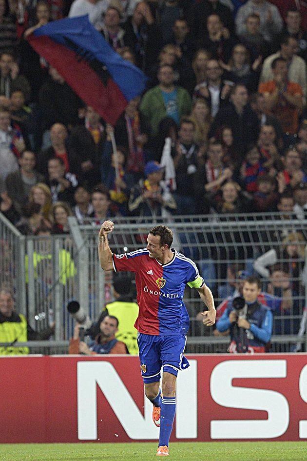 Kapitán Basileje Marco Streller se raduje s fanoušky z gólu proti Liverpoolu.