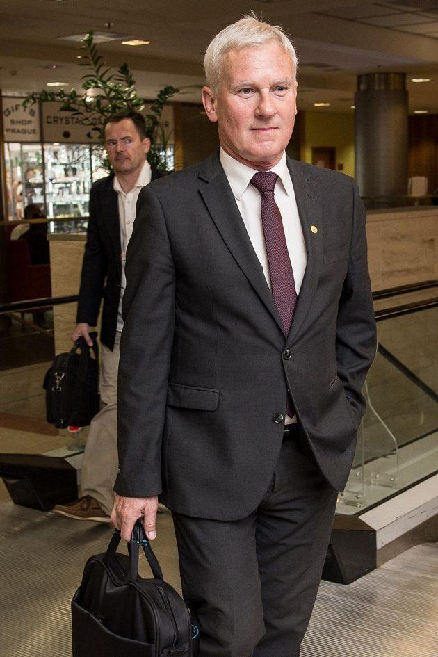 Předseda komise rozhodčích Michal Listkiewicz přichází na jednání valné hromady.