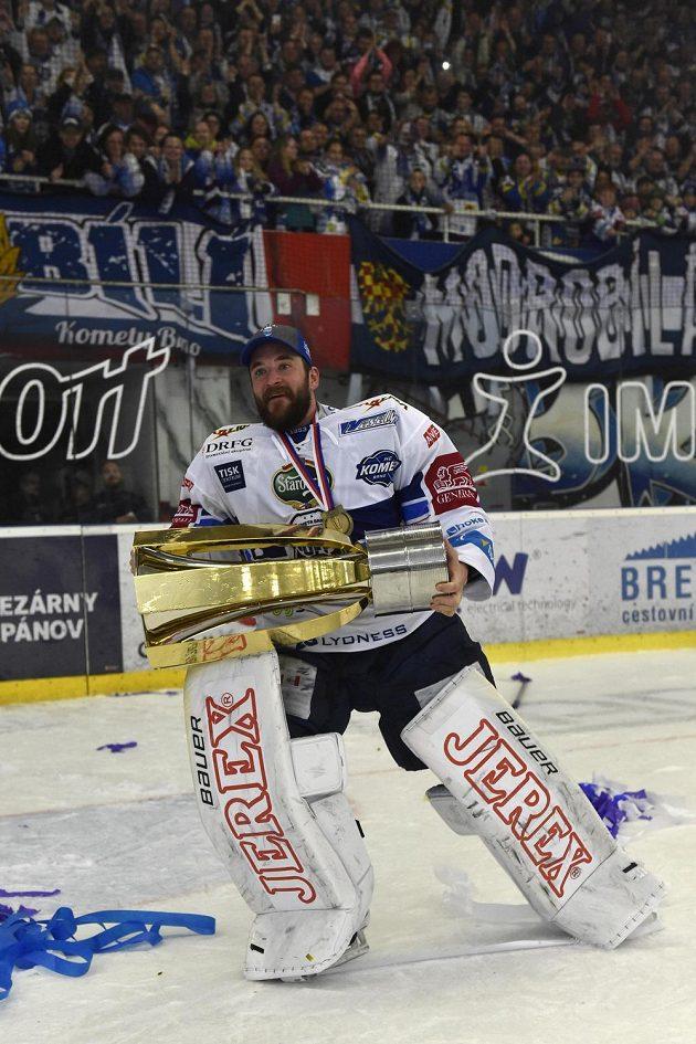 Brankář Brna Marek Čiliak s pohárem za vítězství v extralize.