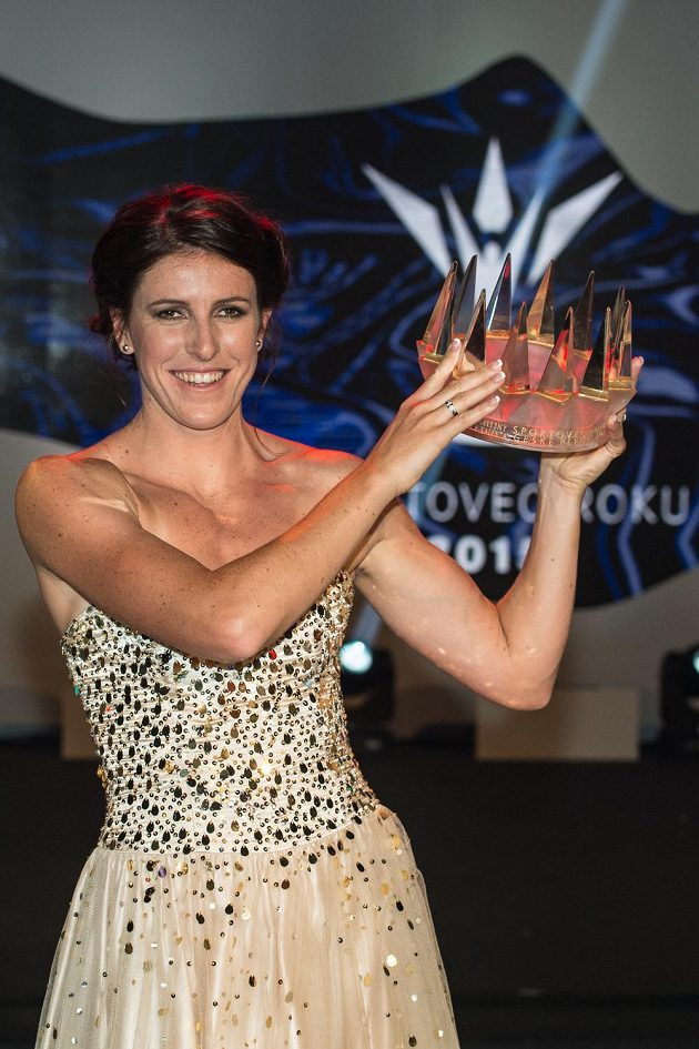 Atletka Zuzana Hejnová s korunou pro vítěze ankety Sportovec roku 2015.