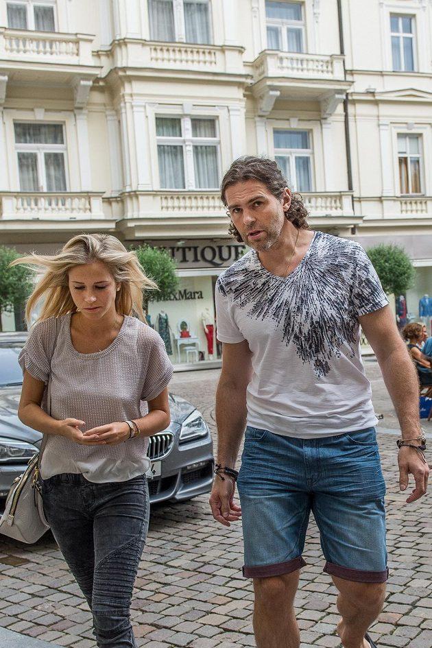 Jaromír Jágr a jeho partnerka Veronika Kopřivová před hotelem Pupp.