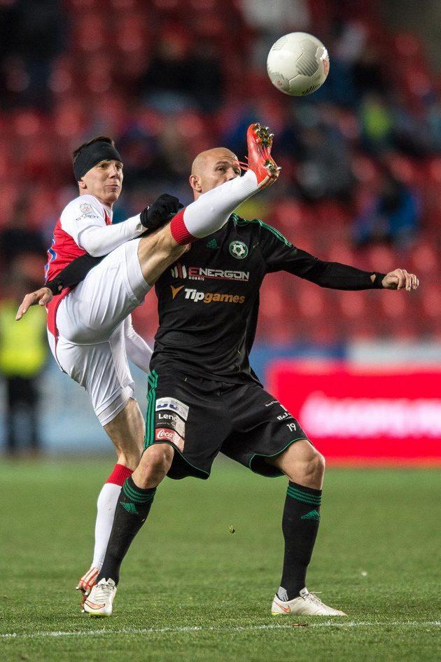 Jiří Bílek ze Slavie Praha (vlevo) a příbramský útočník Roman Bednář během utkání 15. kola Synot ligy.