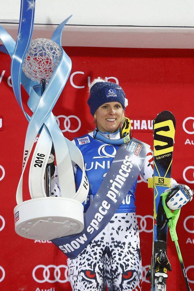 Slovenka Veronika Velez-Zuzulová s cenou pro vítězku večerního slalomu ve Flachau.