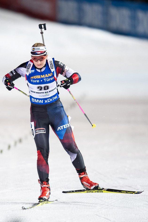 Lucie Charvátová v cíli stíhacího závodu v rámci Světového poháru v biatlonu v Novém Městě na Moravě.