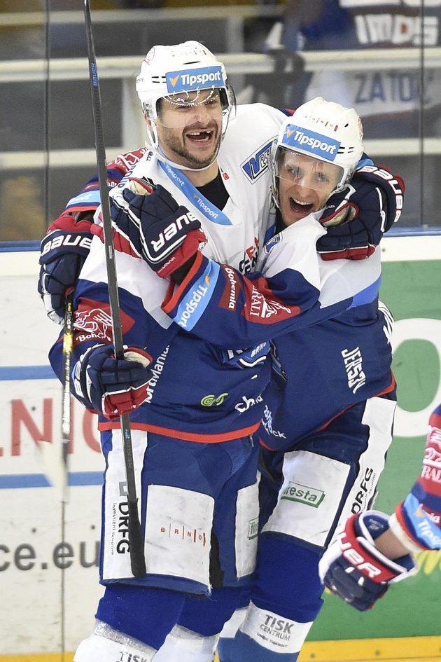 Autor druhého gólu Brna Leoš Čermák (vlevo) se raduje se spoluhráčem Tomášem Vondráčkem.