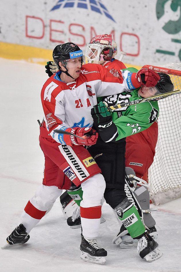 Mladoboleslavský hokejista Jakub Orsava dostal před olomouckou brankou pořádně naloženo od Jiřího Ondrůška během extraligového utkání.