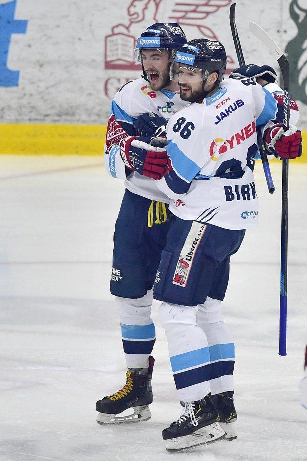 Autor prvního libereckého gólu Tomáš Filippi (vlevo) se raduje se spoluhráčem Michalem Birnerem v pátém semifinále extraligy s Kometou Brno.