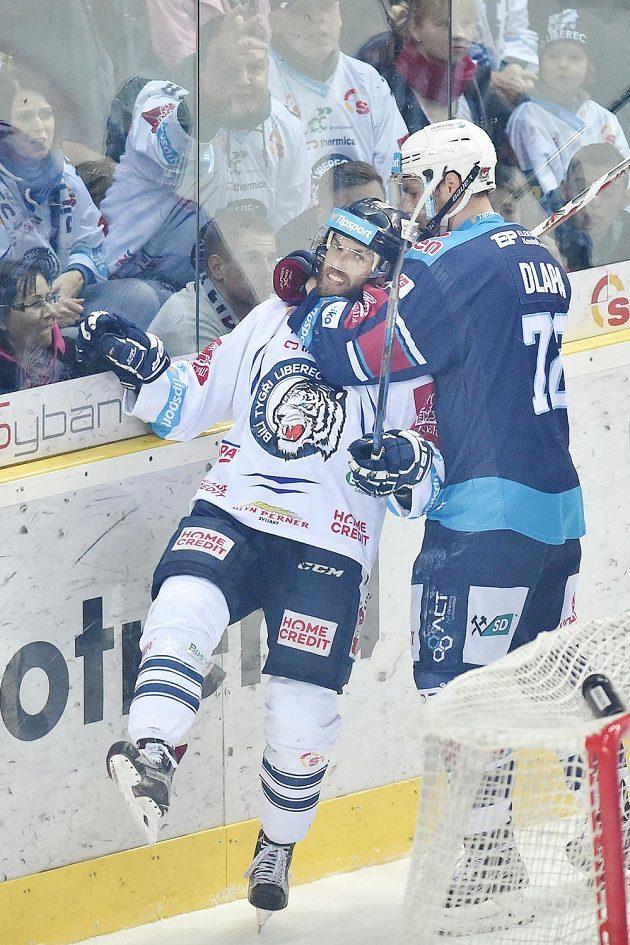 Pátý zápas semifinále play off hokejové extraligy mezi Bílými Tygry Liberec a Piráty z Chomutova byl hodně vyhecovaný. Dokázal to souboj Vladimíra Svačiny z Liberce a Ondřeje Dlapy z Chomutova.