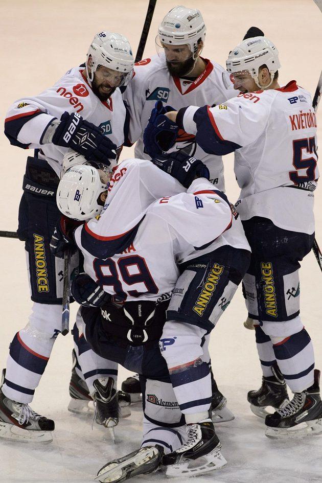 Útočník Chomutova Vladimír Růžička (zády uprostřed) přijímá od spoluhráčů gratulace k vítěznému gólu.