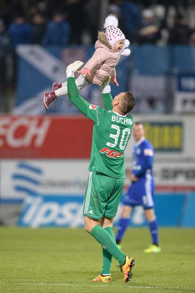 Brankář Sigmy Olomouc Miloš Buchta oslavuje s dcerou v náručí vítězství v utkání 15.kola fotbalové HET ligy. Hanáci porazili Spartu 1:0.