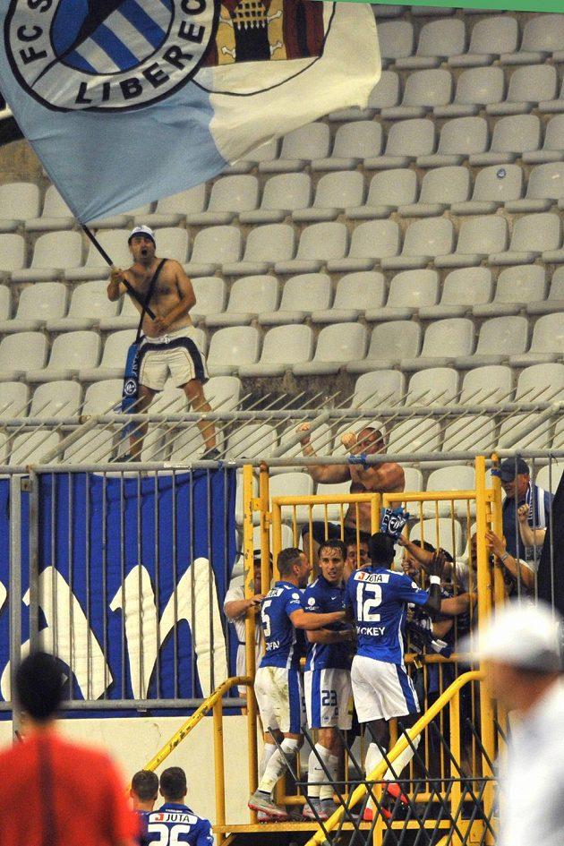 Fotbalisté Liberce se radují s fanoušky z gólu na hřišti Hajduku Split. Uprostřed jeho autor Josef Šural.