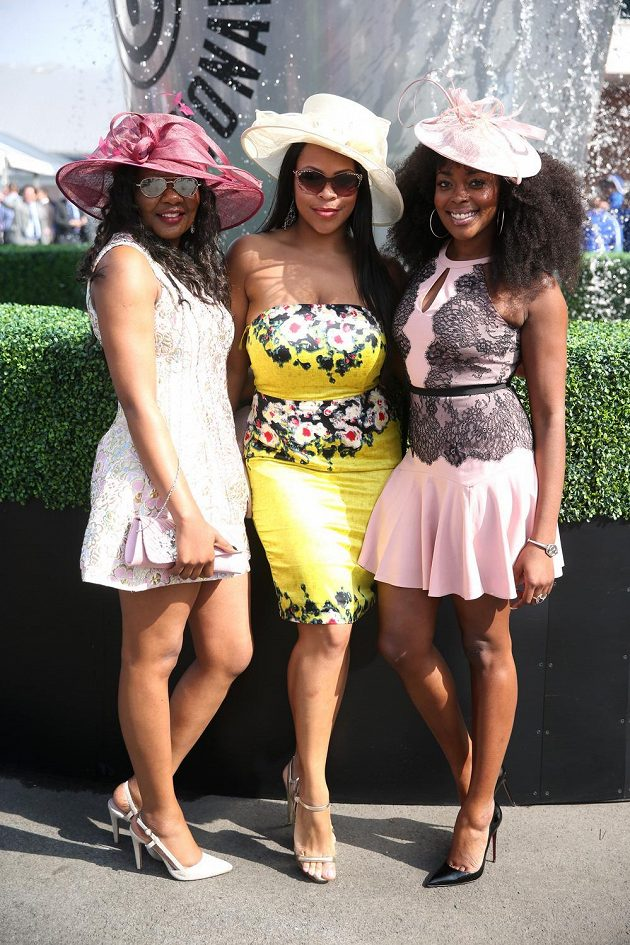 Před fotografy při dámské přehlídce během Grand National Festivalu s chutí zapózovala i tato trojice, v níž převládly mini. Alespoň co se délky šat týče.