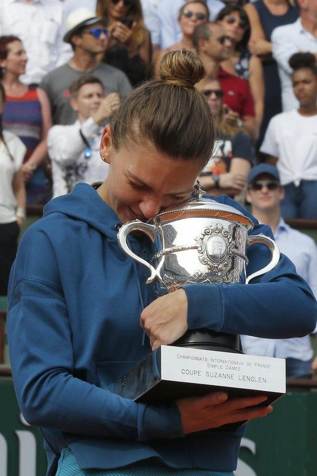 Moje, moje... Simona Halepová se mazlí s trofejí pro vítězku French Open 2018.