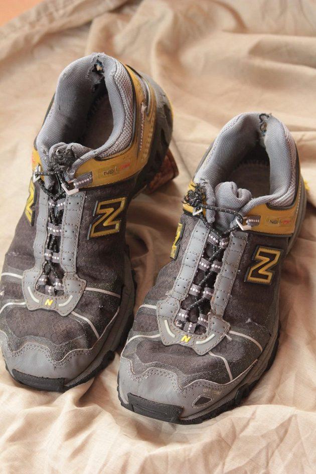 Z nouze ctnost. Tyto boty s gumolankem, které zbylo při opravě tyčky ke stanu, za sebou mají několik maratonů a jeden terénní ultramaraton. Bez problému.