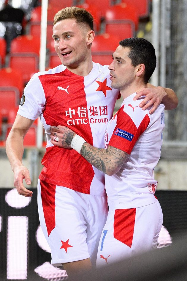 Nicolae Stanciu (vpravo) a Jan Kuchta oslavují gól proti Rangers.