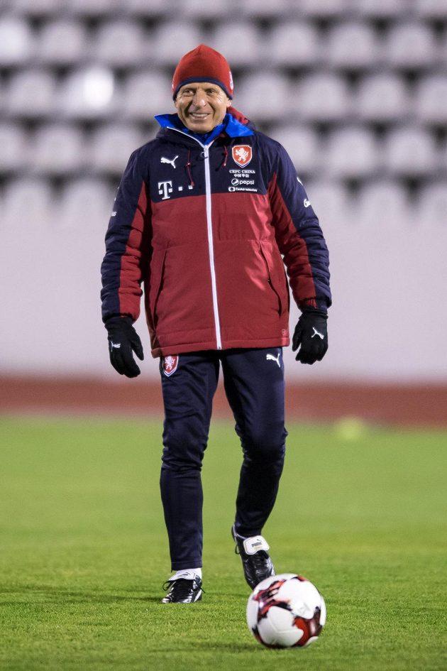 Trenér Karel Jarolím během tréninku fotbalové reprezentace před zápasy s Norskem a Dánskem.