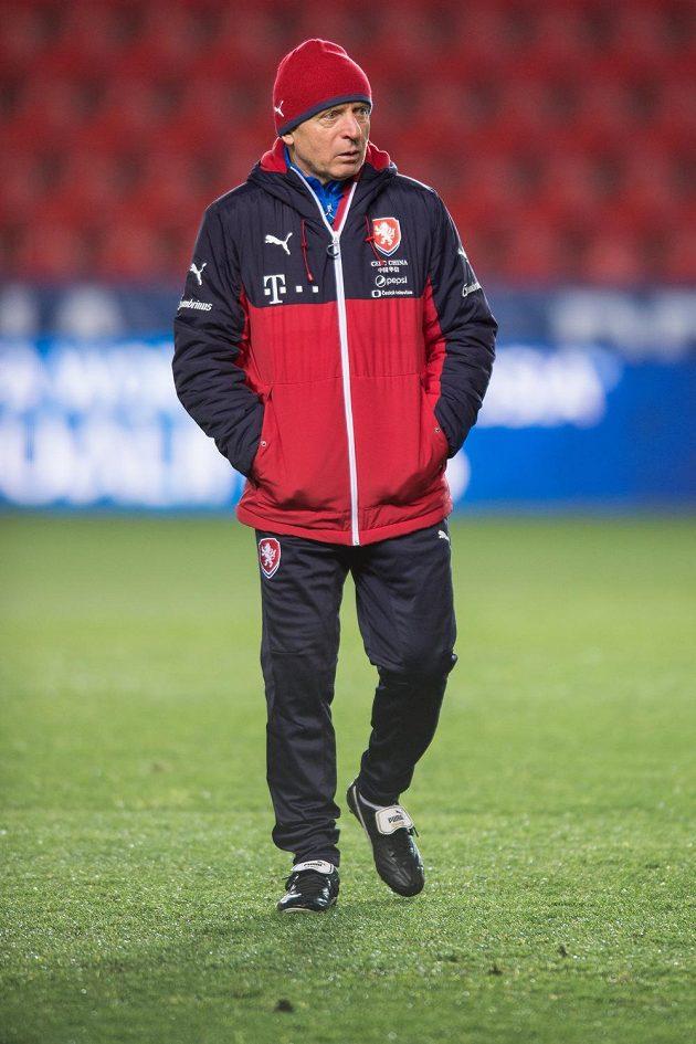 Trenér Karel Jarolím během tréninku českého národního týmu.