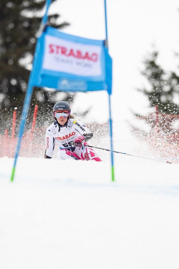 Kateřina Pauláthová na trati obřího slalomu. Obnovila si zranění kolena a nedokončila.