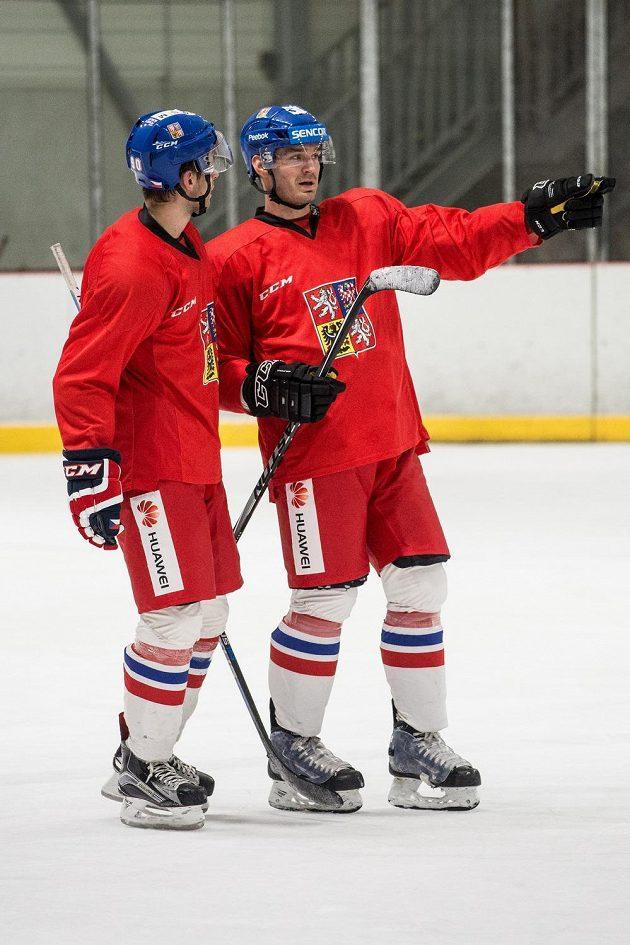 Hokejoví obránci Jan Rutta (vlevo) a Jan Kolář během tréninku české reprezentace v pražských Letňanech.