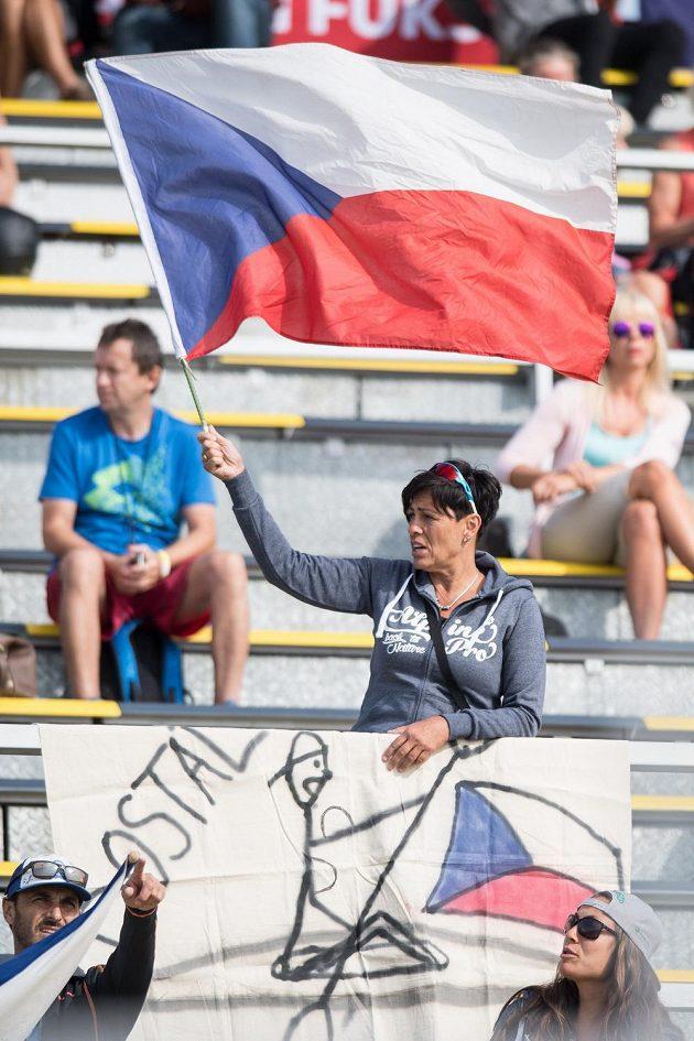 Maminka kajakáře Josefa Dostála během rozjížďky na 1000 m během Mistrovství světa v rychlostní kanoistice v Račicích.