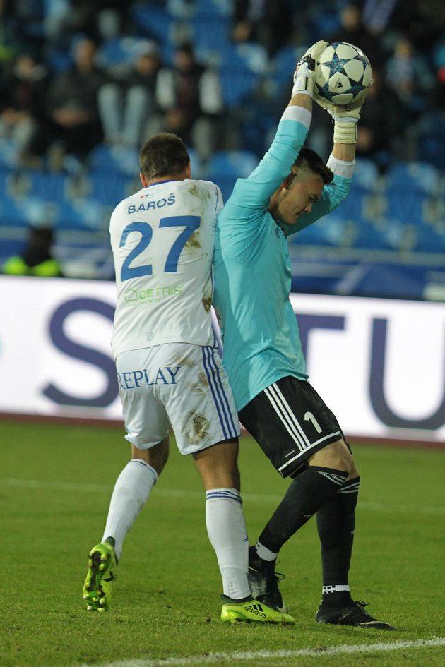 Útočník Baníku Ostrava Milan Baroš a brankář Patrik Le Giang z Karviné v souboji během utkání fotbalové HET ligy.