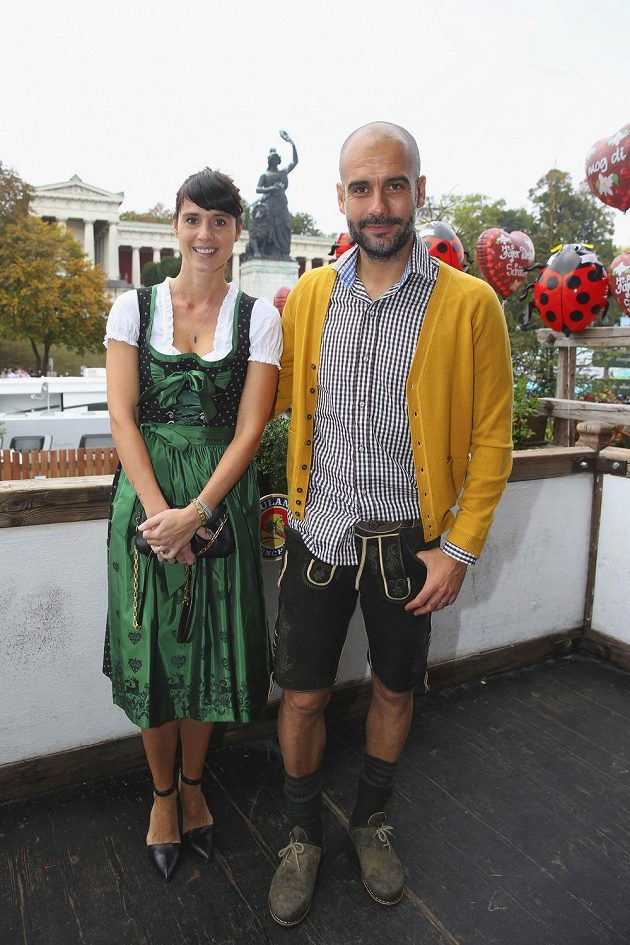 Kouč Bayernu Mnichov Pep Guardiola na Oktoberfestu s manželkou Cristinou.