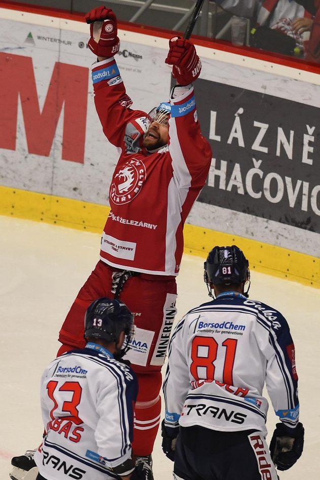 Tomáš Marcinko (raduje se z gólu) z Třince a vítkovičtí Marek Hrbas (vlevo) a Petr Kolouch.