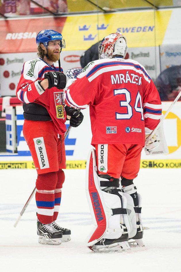 Jakub Voráček a Petr Mrázek během utkání s Finy na turnaji Carlson Hockey Games v Českých Budějovicích.