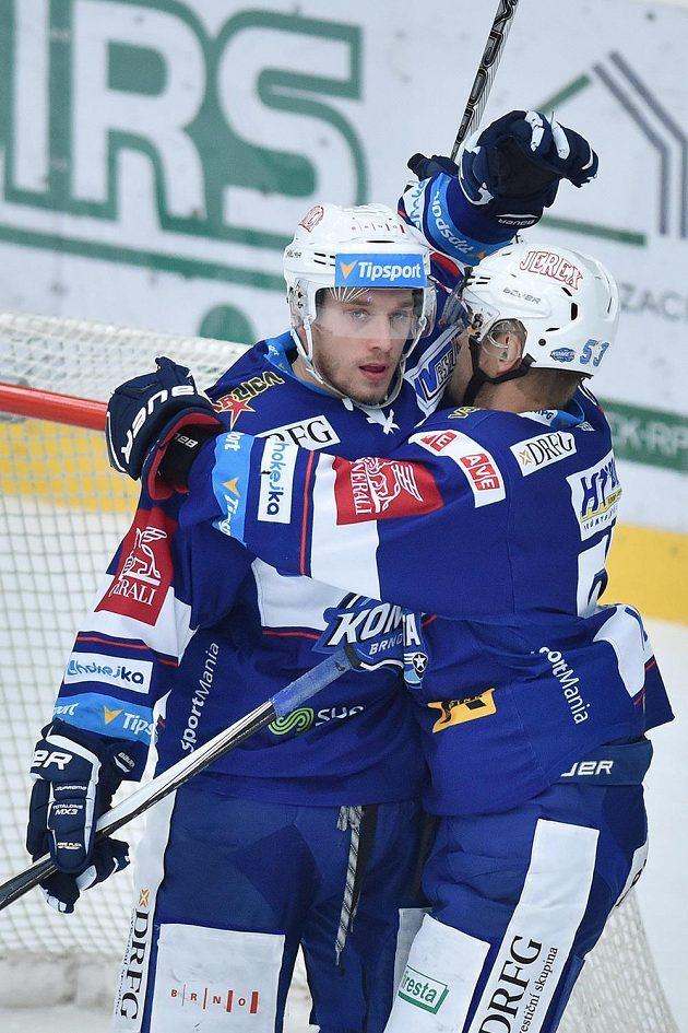Marcel Hačšák (vlevo) a Vojtěch Němec z Brna se radují z gólu na ledě Mladé Boleslavi.